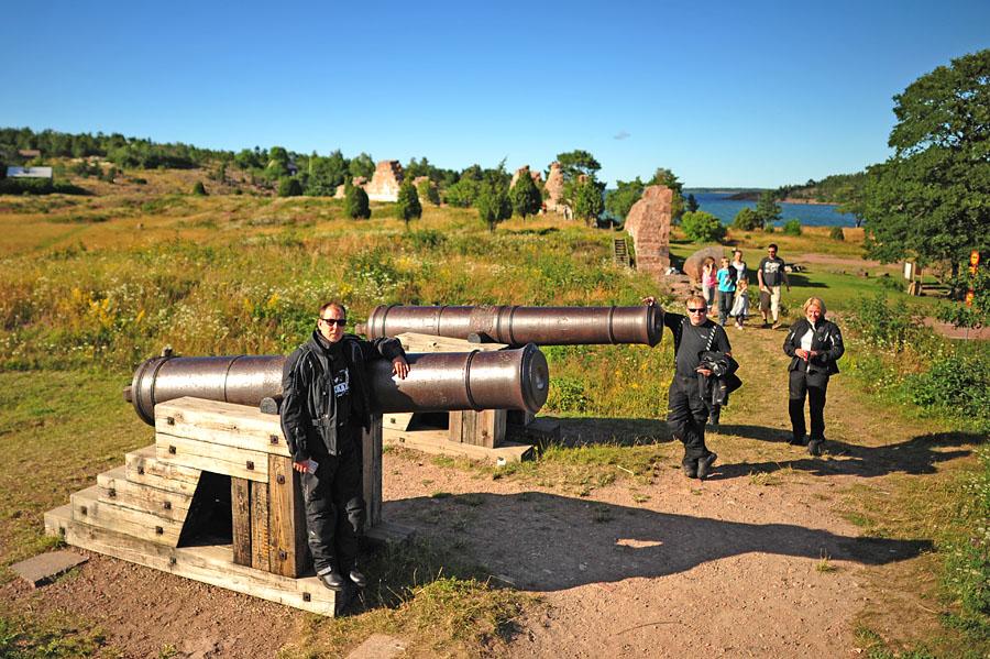 Bomarvin linnoituksella katsellaan tykkejä Karin ja Maritan kanssa