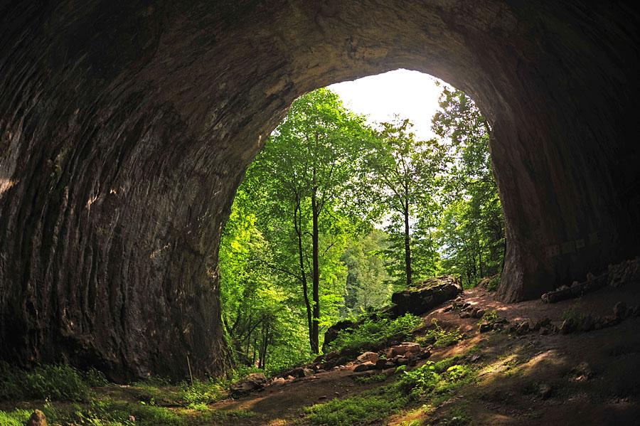 Peștera Meziad luolasta ulospäin kuvattu