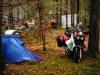 Mopo parkkiin ja teltta pystyyn, se on siinä.